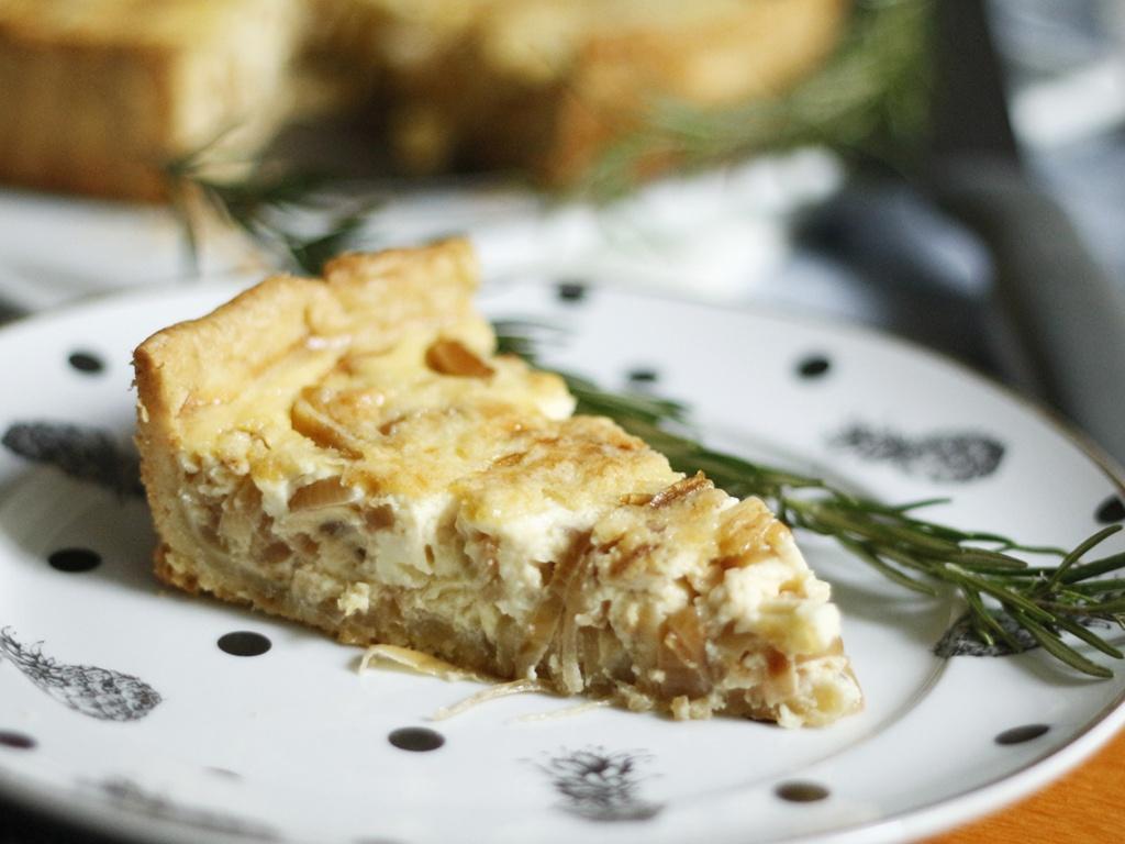 Aprenda a fazer uma deliciosa quiche de cebola caramelizada, com caquinha crocante e amanteigada. Saborosa e irresistível.